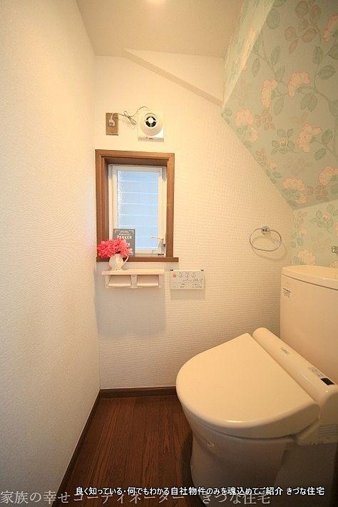 ハイセンスなアクセントクロスでトイレもお気に入りの空間に