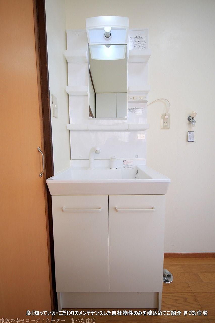 狭いながらも、機能はしっかり。洗面化粧台があると、朝の準備は一段と便利になります