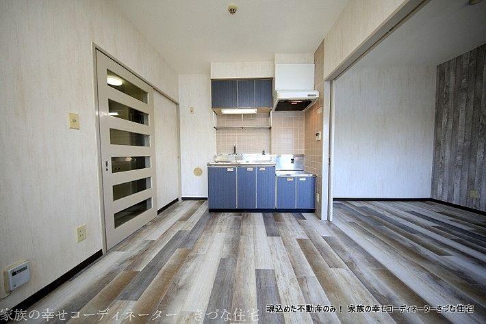 落ち着いた青のキッチンと汚れが目立たないオシャレな床材を選びました