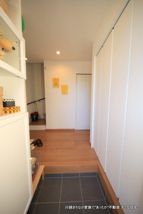 玄関先に置きたいものはたくさんあるので、実用的に収納スペースを設けました
