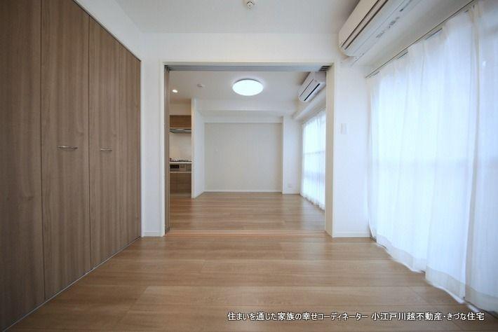 4.5帖続き間から撮影。可動ドアを開放すると二面採光になってとても明るい室内になります