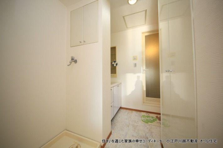 洗濯機置き場に小収納、反対側にも収納があります