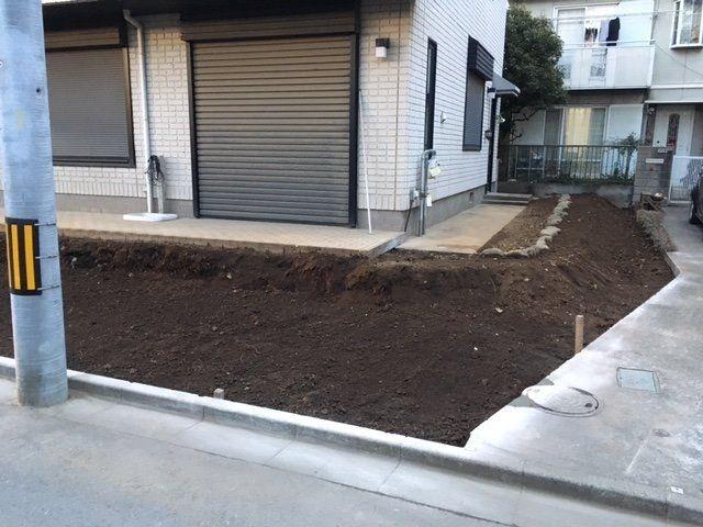 車庫を新設するため、南側を解体しました。 年明けの1月より、車庫築造と門扉、ブロックの積み直しを行います。