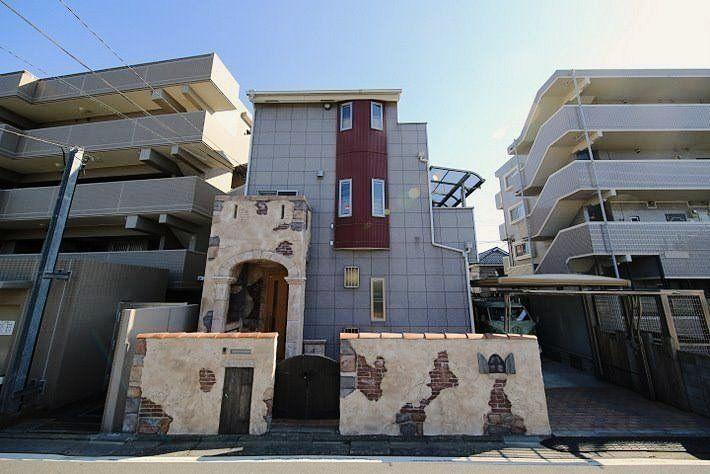 こだわりのモルタル造形で古城・神殿のような外観を創りました。上尾駅東口駅近、タワーマンションの足元位の位置に堂々そびえる上尾城です。